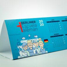 Impresión de calendarios sobre mesa con peana